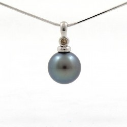 White gold pendant with a round pearl