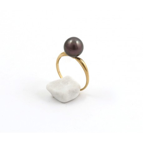 A delicate ring with an aubergine oval pearl