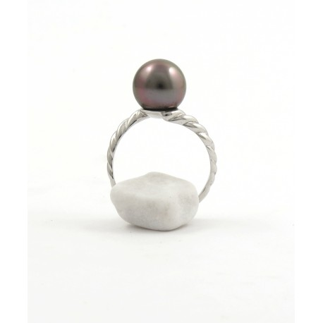 Twisted ring with a pink pearl
