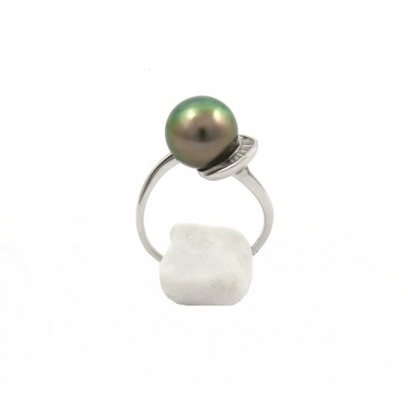 Ring with a rare green pearl and baguette diamonds